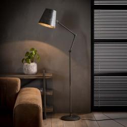Lampadaire d'intérieur un abat-jour spot en métal monté sur une barre fine et ronde de style industriel et rétro