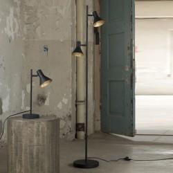 Lampadaire d'intérieur deux abat-jours trapèze en métal montés sur une barre ronde de style industriel et moderne