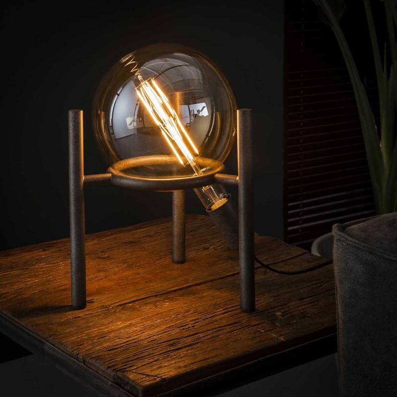 Lampe de table une ampoule soutenue par un cercle de métal forgé sur trois pieds cylindriques de style vintage et industriel