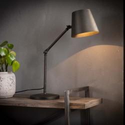 Lampe de table un abat-jour spot en métal sur une barre fine et ronde de style industriel