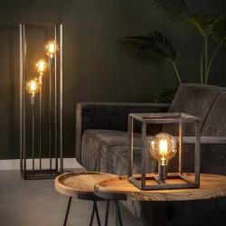 Lampadaire trois ampoules installées dans structure en métal style industriel